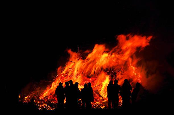 walpurgisnacht nacht holzfeuer - osterfeuer stock-fotos und bilder
