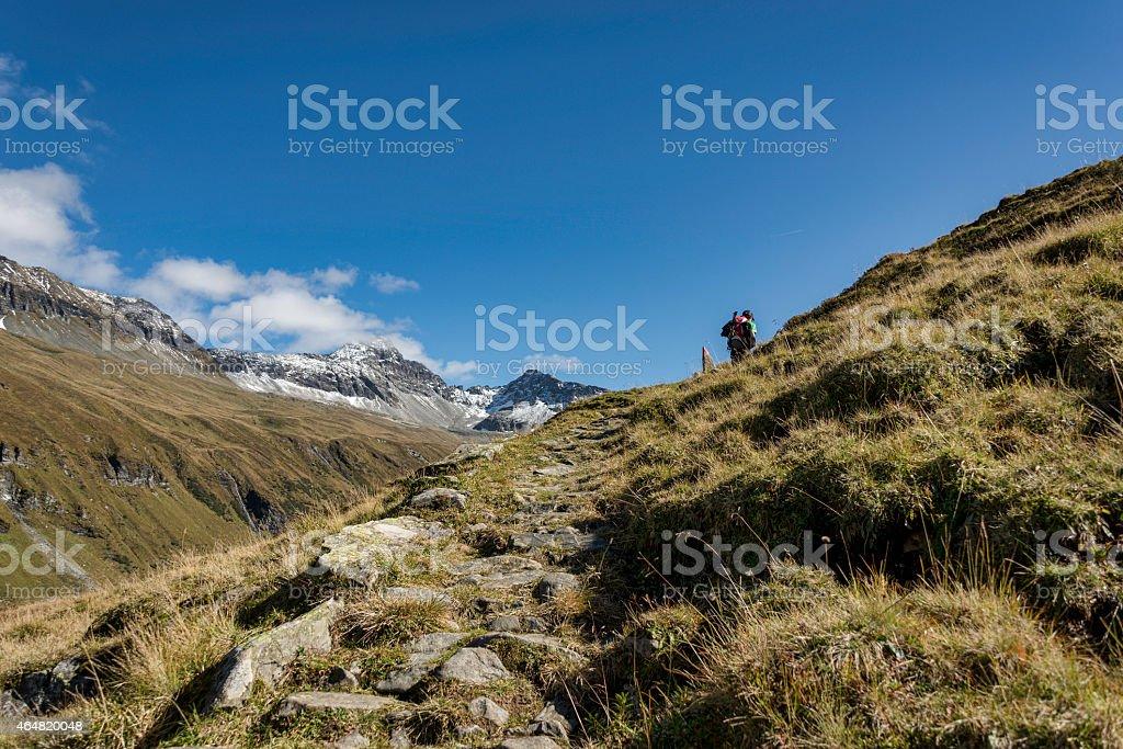 Wanderer im Hollersbachtal beim Aufstieg zur Hütte; stock photo