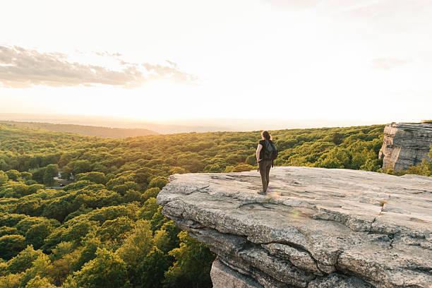 wanderlust adventure hiking woman cieszy się zachodem słońca catskills mountain view ny - klif zdjęcia i obrazy z banku zdjęć