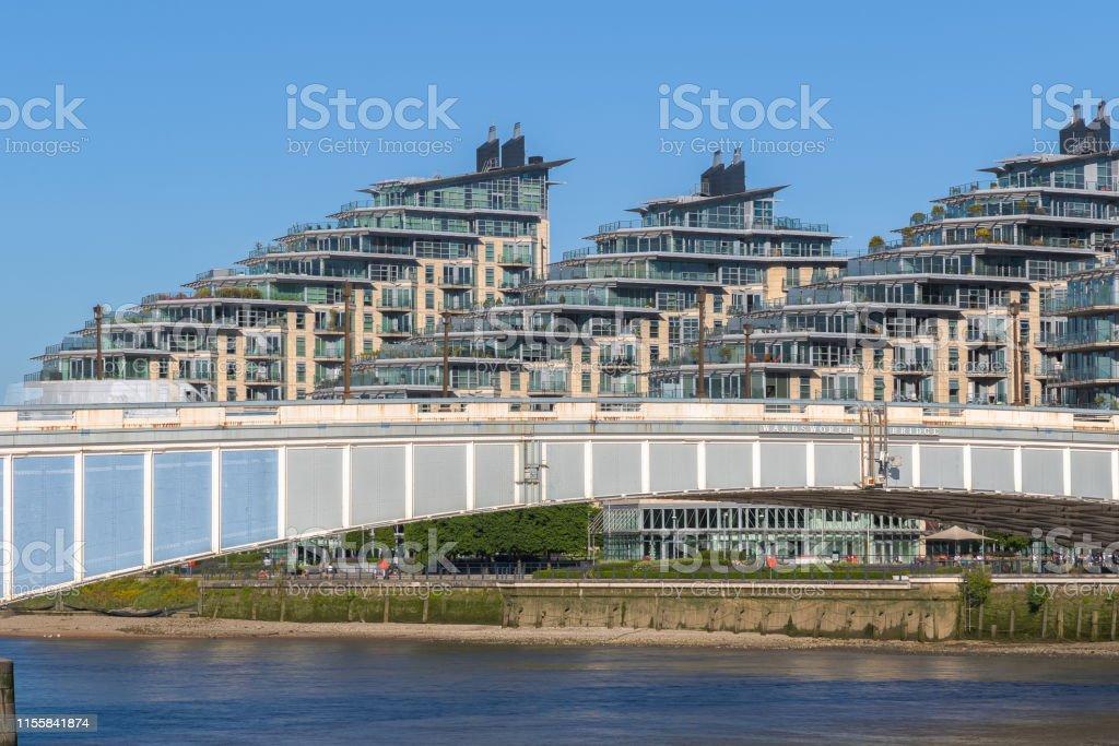Wandsworthbrucke Mit Apartments Am Flussufer Im Hintergrund In