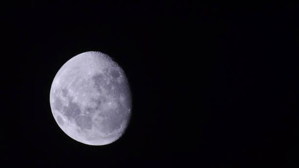 luna gibbous calante vista dall'emisfero australe - luna gibbosa foto e immagini stock