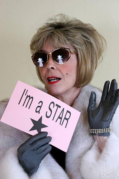 möchtegern-star mit sonnenbrille, furcoat und handschuhe. - promi schmuck stock-fotos und bilder