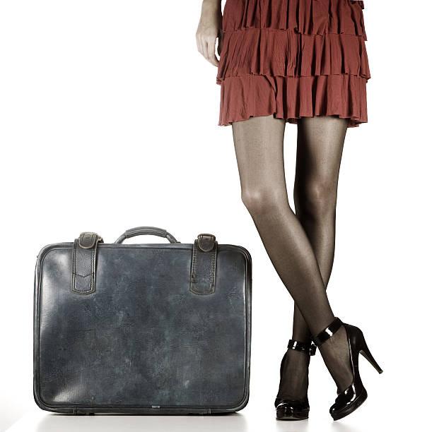 voglio andare lontano - donna valigia solitudine foto e immagini stock