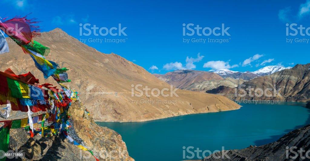 Wapperende gebedsvlaggen bij het Yamdrokmeer in Tibet stock photo