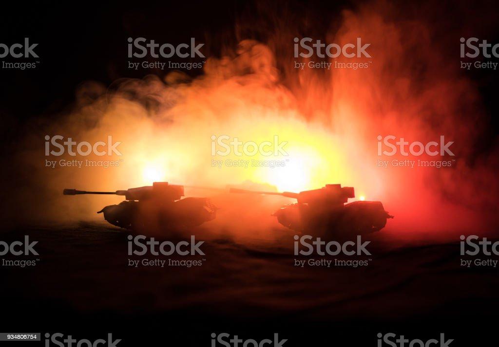 전쟁 개념입니다. 전쟁 안개 하늘에 현장 싸움 군 실루엣 배경, 밤에 구름 스카이 라인 아래 세계 전쟁 독일 탱크 실루엣. 공격 장면입니다. 기갑된 차량입니다. - 로열티 프리 NATO 스톡 사진