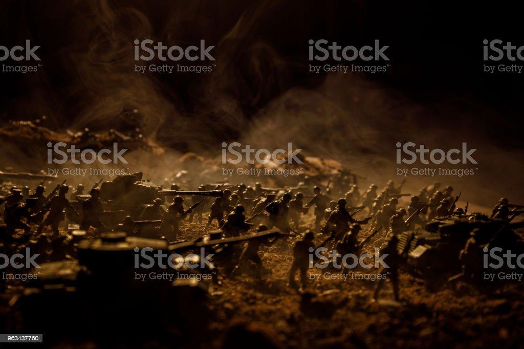 Concept de la guerre. Silhouettes militaires combats de scène sur le ciel de brouillard de guerre historique, guerre mondiale soldats Silhouettes ci-dessous Skyline nuageux pendant la nuit. Scène de l'attaque. Bataille de chars de mise au point sélect - Photo de Arme à feu libre de droits