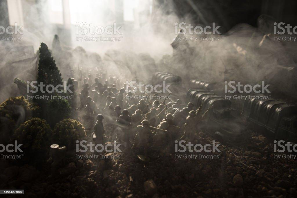 Concept de la guerre. Militaire silhouettes combat scène sur fond de ciel de brouillard guerre, guerre mondiale soldats Silhouettes ci-dessous nuageux Skyline. Véhicules blindés. Chars de bataille. Décoration - Photo de Arme à feu libre de droits