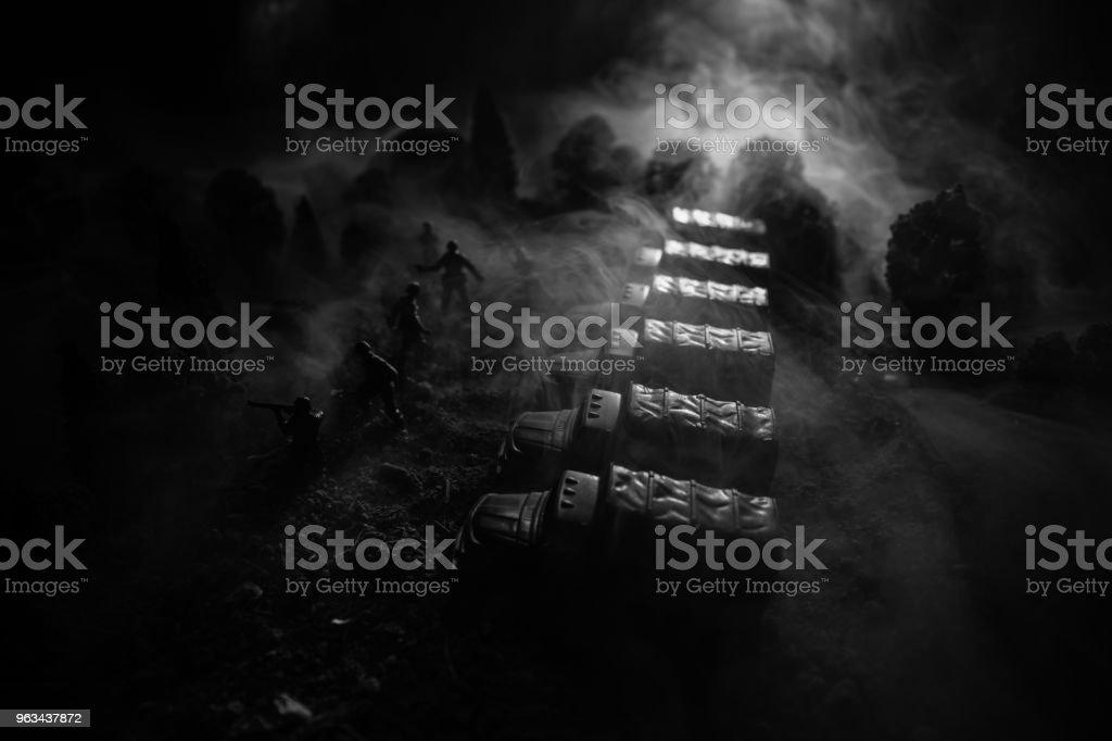 Krig-konceptet. Militära silhuetter kämpar scen på kriget dimma sky bakgrund, världskriget soldater silhuetter nedanför grumlig Skyline på natten. Attack scen. Selektivt fokus tankar slaget. Dekoration - Royaltyfri Ammunition Bildbanksbilder