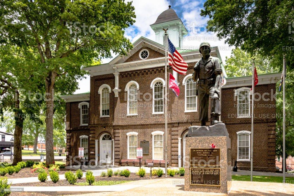 Memorial de guerra na frente do Tribunal do Condado de Loudon - foto de acervo