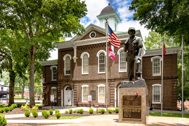 war memorial in front of loudon county courthouse - loudon stock photos and pictures