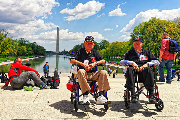 war veterans at lincoln memorial reflecting pool - lincoln united stock-fotos und bilder