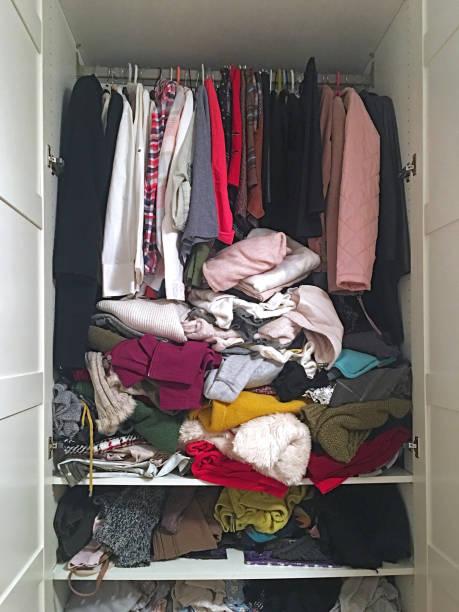 Kleiderschrank voll von Kleidung – Foto