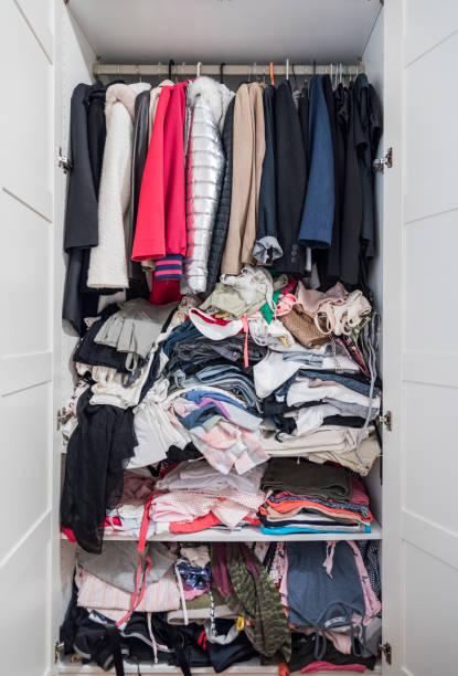Kleiderschrank voller Kleidung – Foto