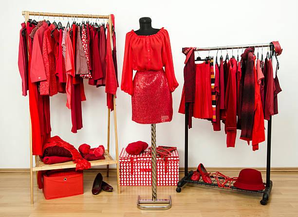 kleiderschrank mit allen schattierungen von rot kleidung, schuhe und accessoires. - pailletten shirt stock-fotos und bilder