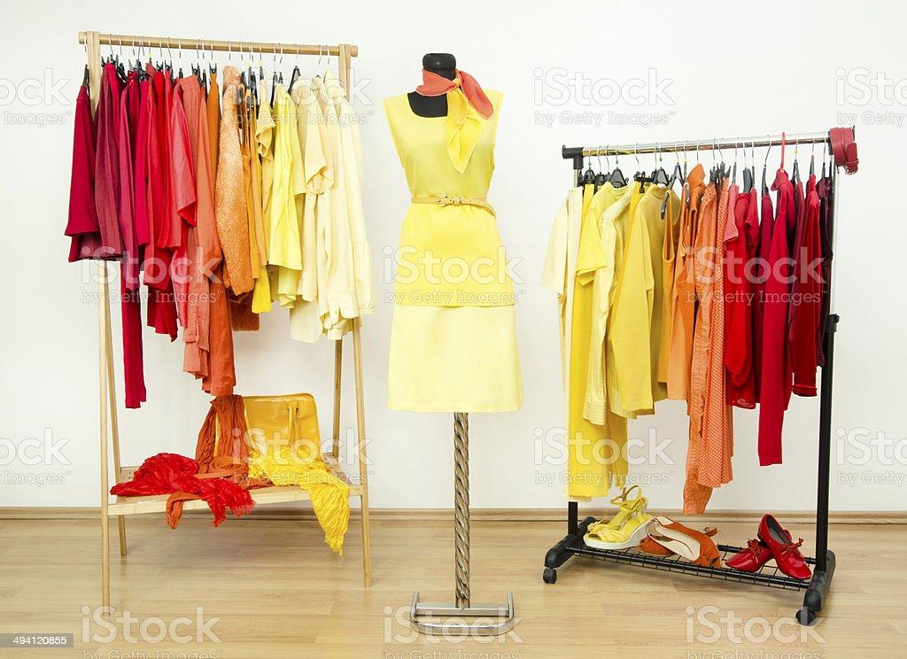 Kleiderschrank Mit Gelb Orange Und Rot Kleidung Auf Bugel