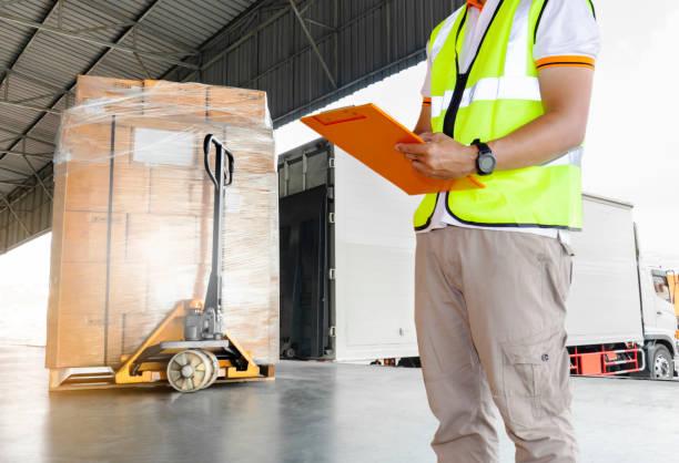 warehouse and logistic, cargo load shipment - caricare attività foto e immagini stock
