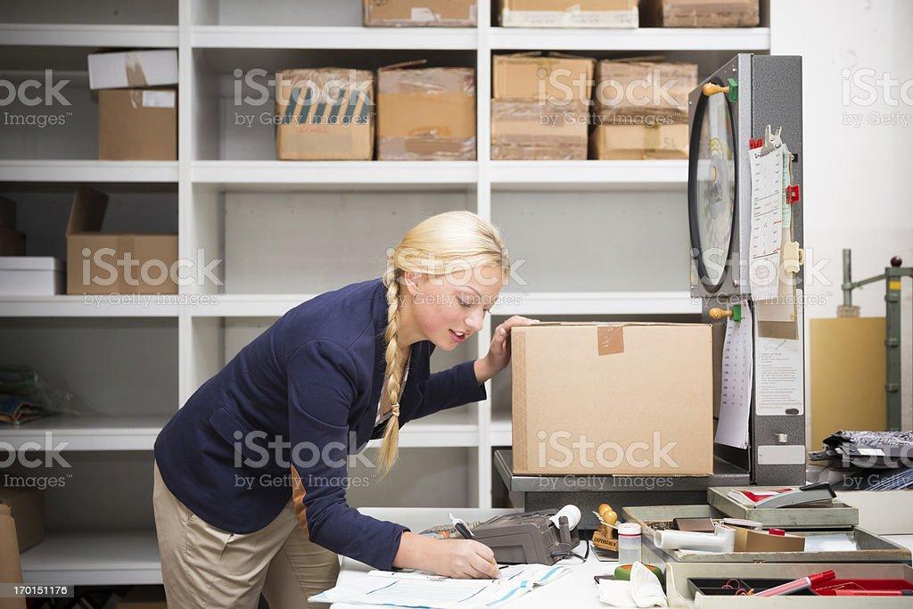 warehouse clerk, die ein Paket Lizenzfreies stock-foto