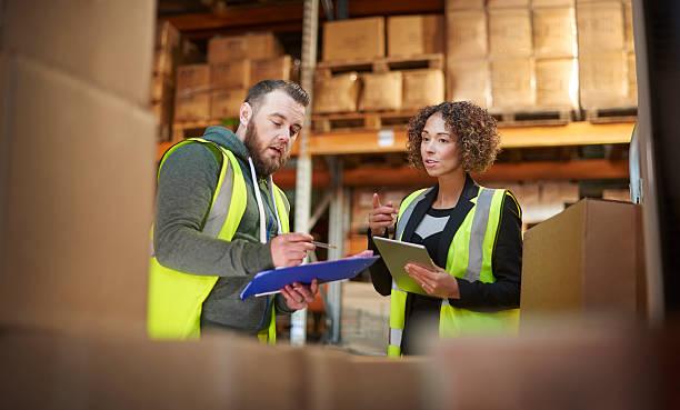 warehouse discussion - warehouse worker stockfoto's en -beelden