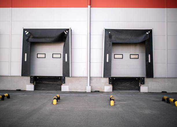 warehouse exterior - going inside eye imagens e fotografias de stock
