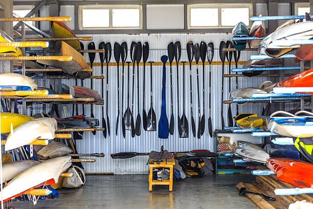 depósito para armazenamento de barcos - caiaque canoagem e caiaque - fotografias e filmes do acervo