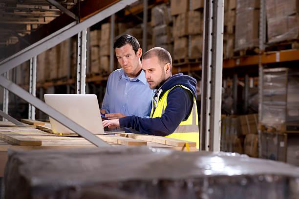 warehouse inventroy - einzelhandelsarbeiter stock-fotos und bilder