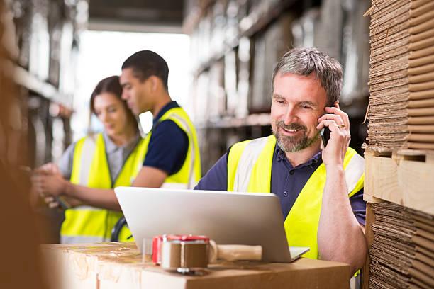 warehouse manager klingeln kunden - einzelhandelsarbeiter stock-fotos und bilder