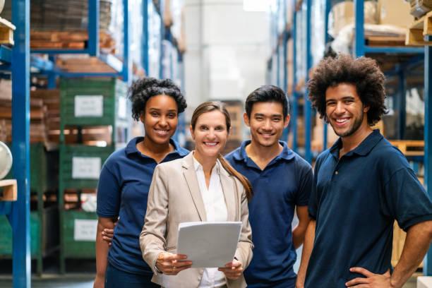 工場の作業者と倉庫マネージャー - people of color ストックフォトと画像