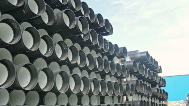 lager von fertigen kunststoffrohre industrielle im freien lagerplatz. herstellung von kunststoffrohren wasser fabrik. - plastikbeutel handwerk stock-fotos und bilder
