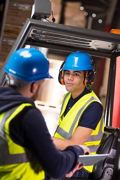 supervisor de almacén chats de jóvenes conductor de carretilla elevadora aprendiz - suministros escolares fotografías e imágenes de stock