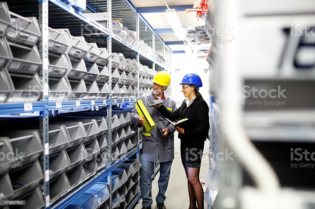 Warehouse worker and Iinspector, controller,  checking inventory​​​ foto