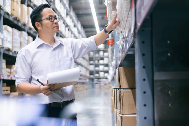 magazijnmedewerker controleren van goederen in het magazijn. - warehouse worker stockfoto's en -beelden