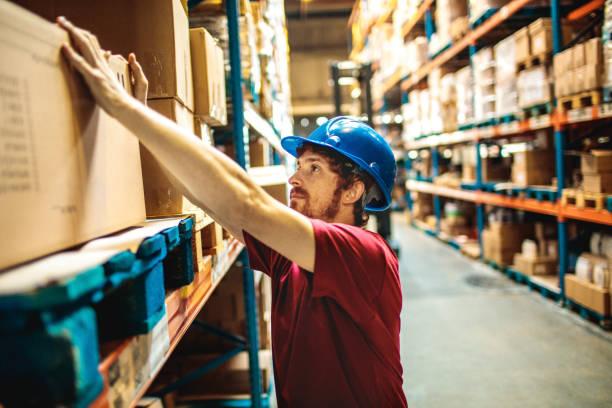 magazijnmedewerker - warehouse worker stockfoto's en -beelden