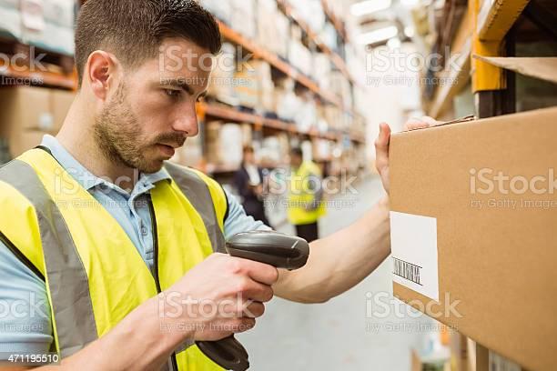 Trabajador Almacén En Cajas De Escáner De Códigos De Barras Foto de stock y más banco de imágenes de 20 a 29 años
