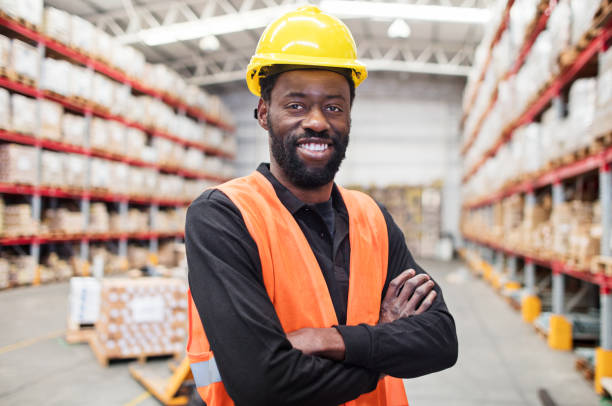 magazijnmedewerker permanent vol vertrouwen - warehouse worker stockfoto's en -beelden