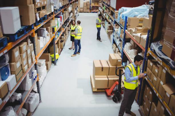 magazijnmedewerker gebruik van handscanner - warehouse worker stockfoto's en -beelden