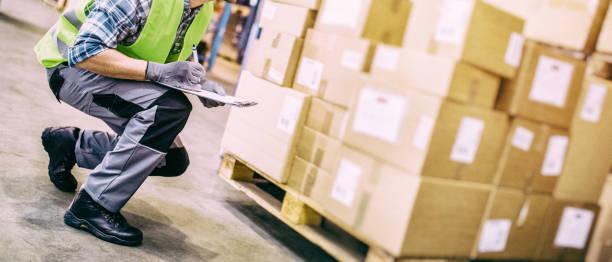 lagerarbeiter mit klemmbrett überprüfen pakete - umzug checkliste stock-fotos und bilder