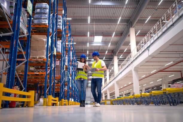 magazijnmedewerkers in de distributie afdeling. - warehouse worker stockfoto's en -beelden