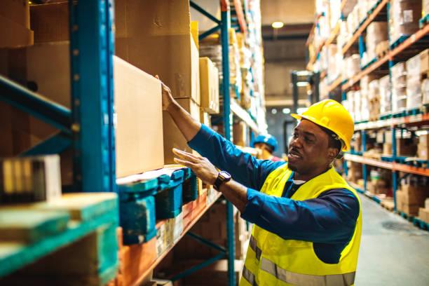 magazijn werknemers - warehouse worker stockfoto's en -beelden
