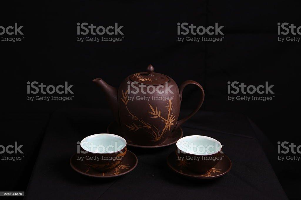 Cálido y dos tazas de té sobre fondo negro foto de stock libre de derechos