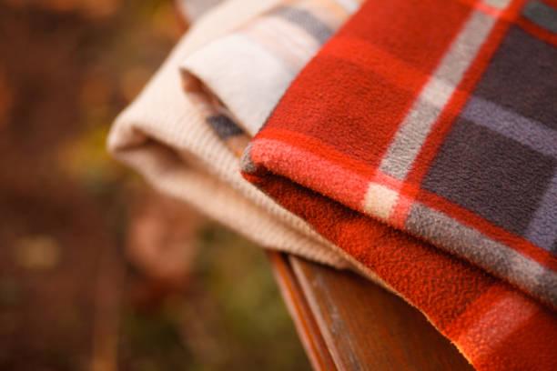 Warme Decken auf einer Bank im Freien – Foto