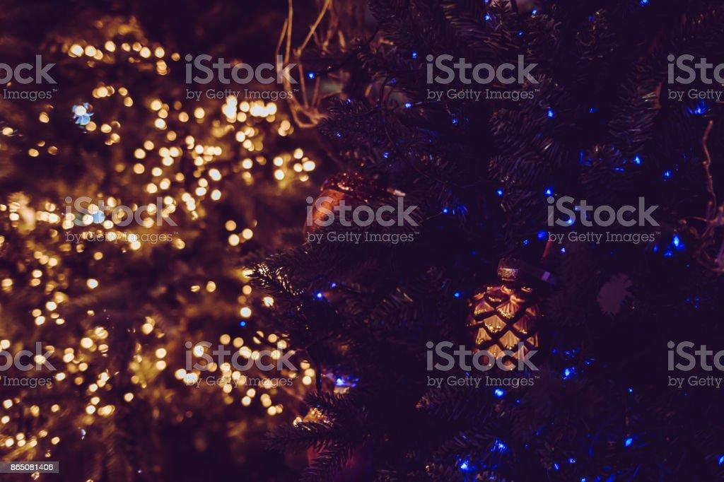 Weihnachtsbeleuchtung Tannenzapfen.Warmen Weihnachtsbeleuchtung Und Tannenzapfen Dekoration Nahaufnahme