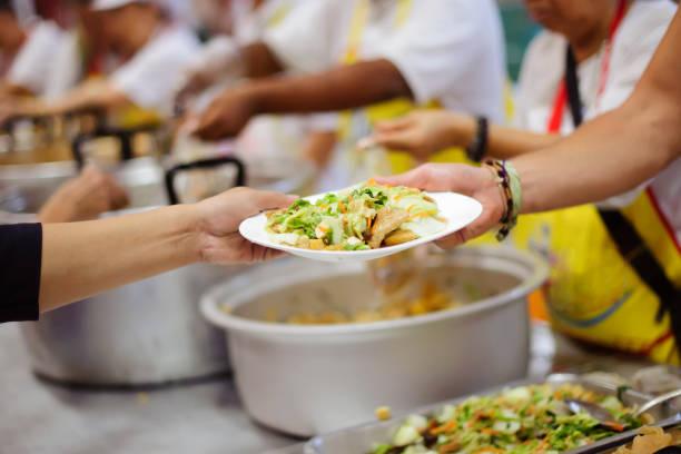 warmes essen für die armen und obdachlosen: konzept, das mit liebe - füttern stock-fotos und bilder