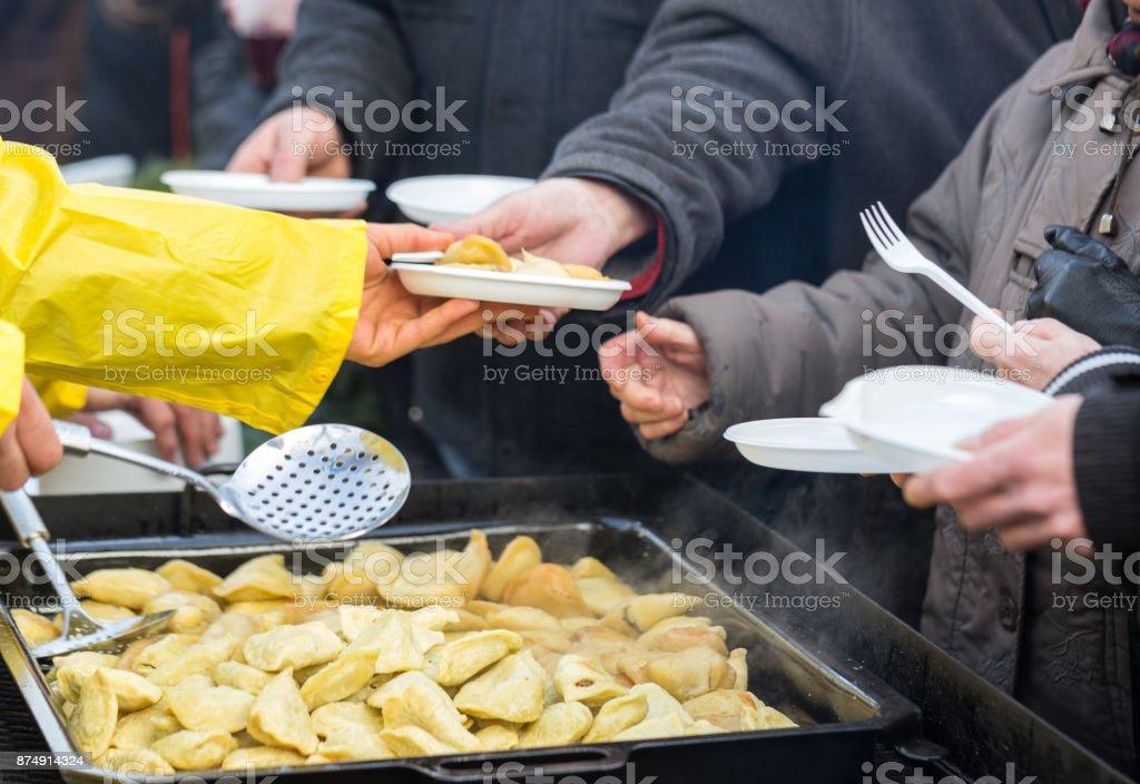 Comida quente para os pobres e desabrigados - foto de acervo