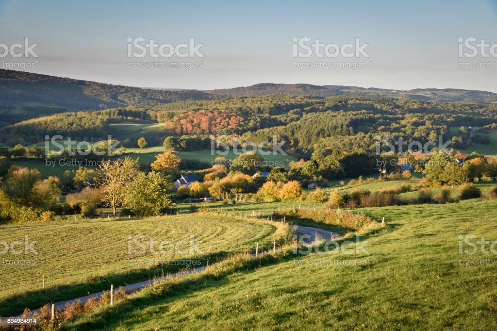 Warme gouden sunrise kleuren over de Belgische Ardennen in de buurt van het bos van Hampteau foto