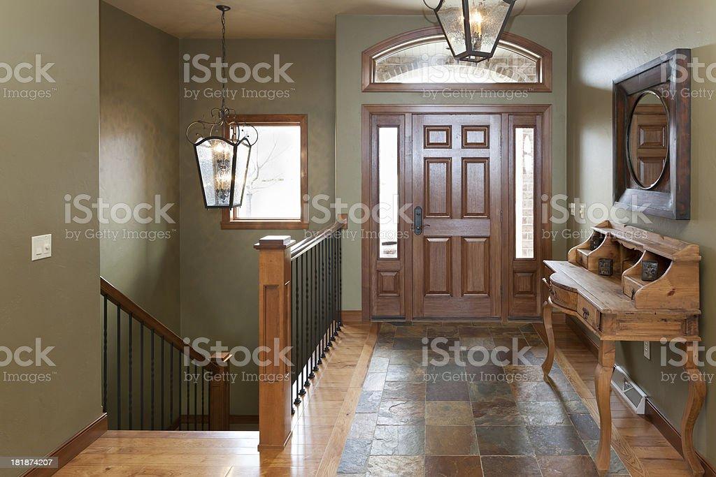 Accogliente foyer di casa con pavimento in parquet e piastrelle