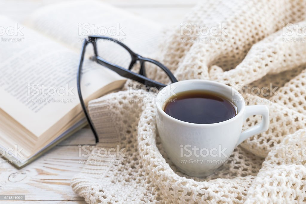 Warm knitted plaid, glasses, cup of hot coffee and book – Foto
