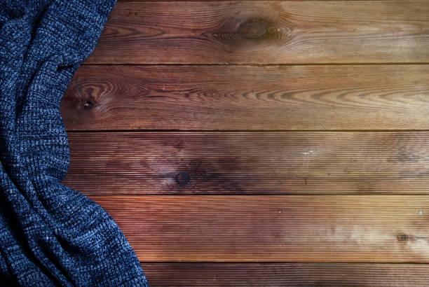 gestrickt texturierte dunkle graue wolldecke auf einem hölzernen hintergrund. ansicht von oben platz für text. herbst und herbst hintergrund. - wärmeplatte stock-fotos und bilder
