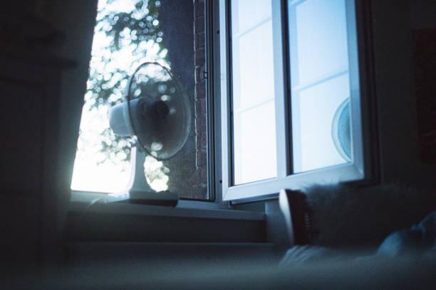 Warme leichte Sommernacht mit Elektrischem Ventilator im offenen Fenster – Foto