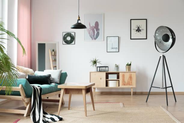 warmen stube mit lampe - wohnzimmermöbel holz stock-fotos und bilder