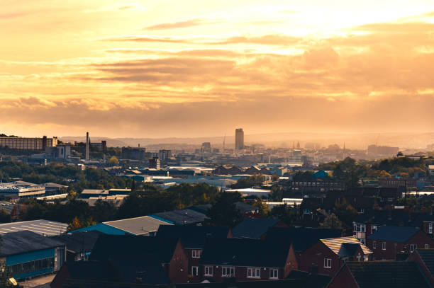 ein warmes orange sonnenuntergang hinter wolken über sheffield, south yorkshire, großbritannien - kleinstadt ansicht stock-fotos und bilder